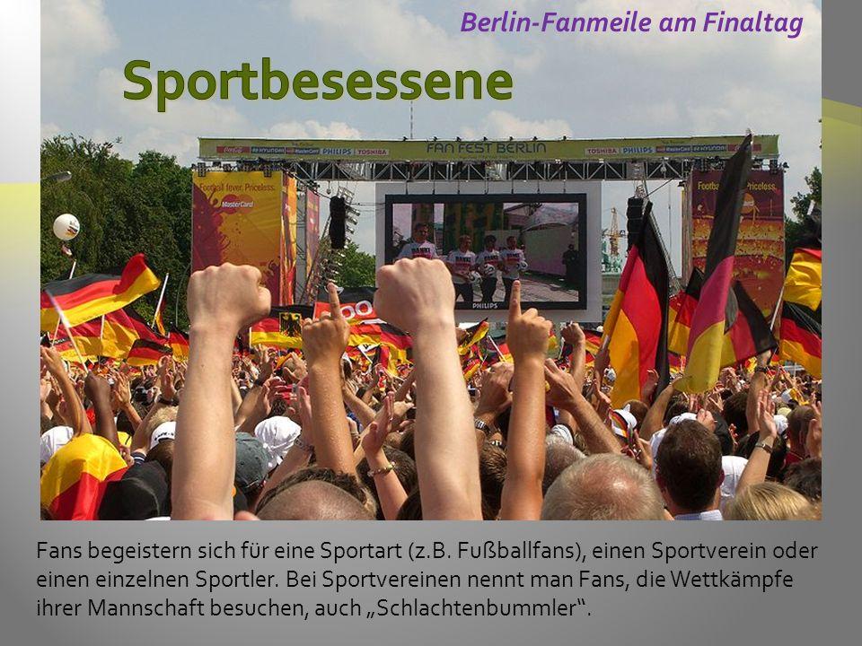 Berlin-Fanmeile am Finaltag Fans begeistern sich für eine Sportart (z.B.