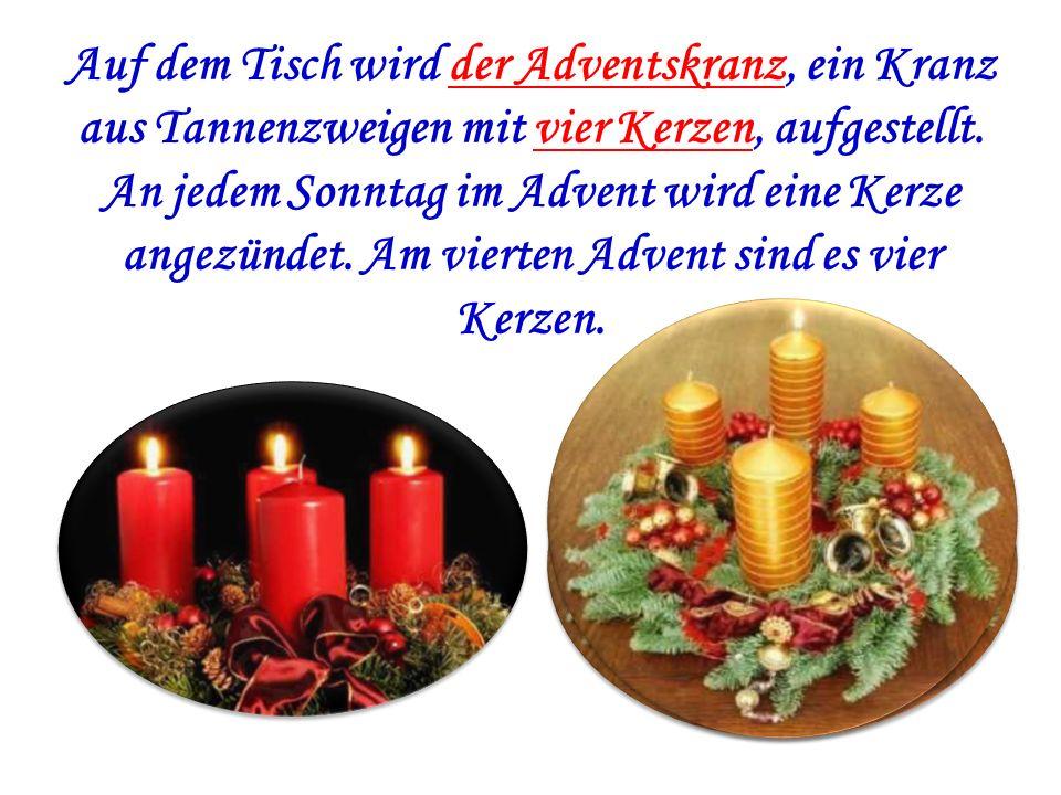 Auf dem Tisch wird der Adventskranz, ein Kranz aus Tannenzweigen mit vier Kerzen, aufgestellt. An jedem Sonntag im Advent wird eine Kerze angezündet.