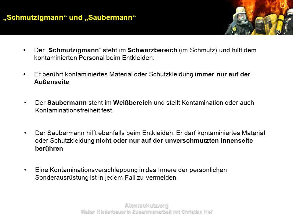 """Atemschutz.org Walter Niederbauer in Zusammenarbeit mit Christian Hof Der """"Schmutzigmann steht im Schwarzbereich (im Schmutz) und hilft dem kontaminierten Personal beim Entkleiden."""