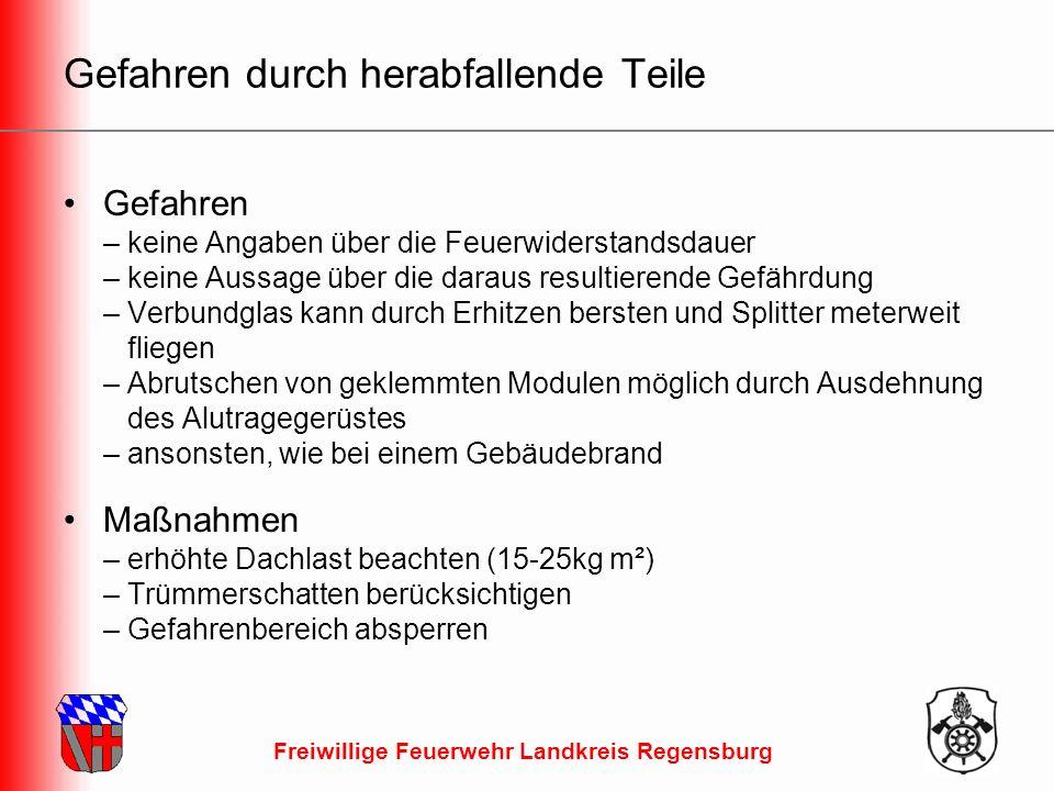Freiwillige Feuerwehr Landkreis Regensburg Gefahren durch herabfallende Teile Gefahren – keine Angaben über die Feuerwiderstandsdauer – keine Aussage über die daraus resultierende Gefährdung – Verbundglas kann durch Erhitzen bersten und Splitter meterweit fliegen – Abrutschen von geklemmten Modulen möglich durch Ausdehnung des Alutragegerüstes – ansonsten, wie bei einem Gebäudebrand Maßnahmen – erhöhte Dachlast beachten (15-25kg m²) – Trümmerschatten berücksichtigen – Gefahrenbereich absperren