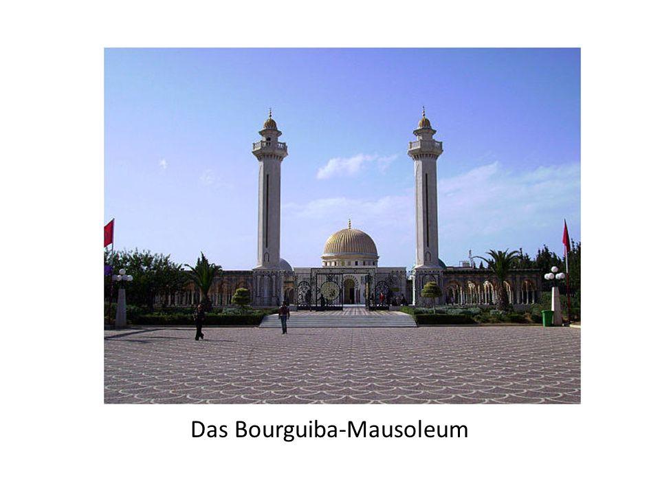"""In der Nähe des Ribats befindet sich der islamische Friedhof mit einigen Marabouts aus dem 12. Jahrhundert, darunter die Grabstätte von """"Sidi Elmezri"""""""