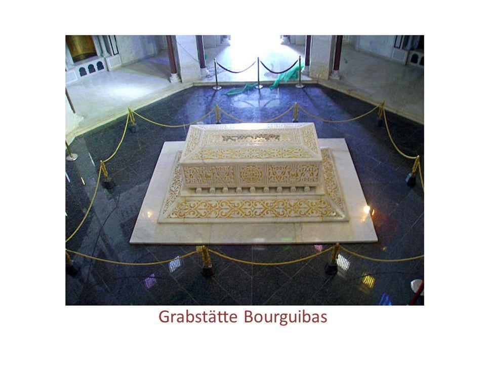 Habib Bourguiba 03.08.1903 – 06.04.2000 Ein weiterer Attraktionspunkt der Stadt ist das Bourguiba- Mausoleum (Tourbet Al Bourguiba), das 1963 zu Ehren