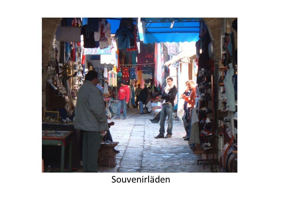 Monastir hat eine kleine aber eine schöne Altstadt (Medina). Sie ist von einer Stadtmauer umgeben und hat 4 Stadttore. Viele Souvenirläden haben sich