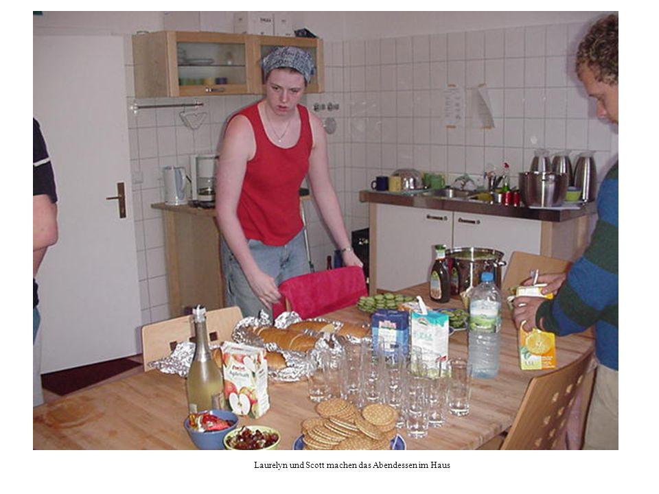 Laurelyn und Scott machen das Abendessen im Haus