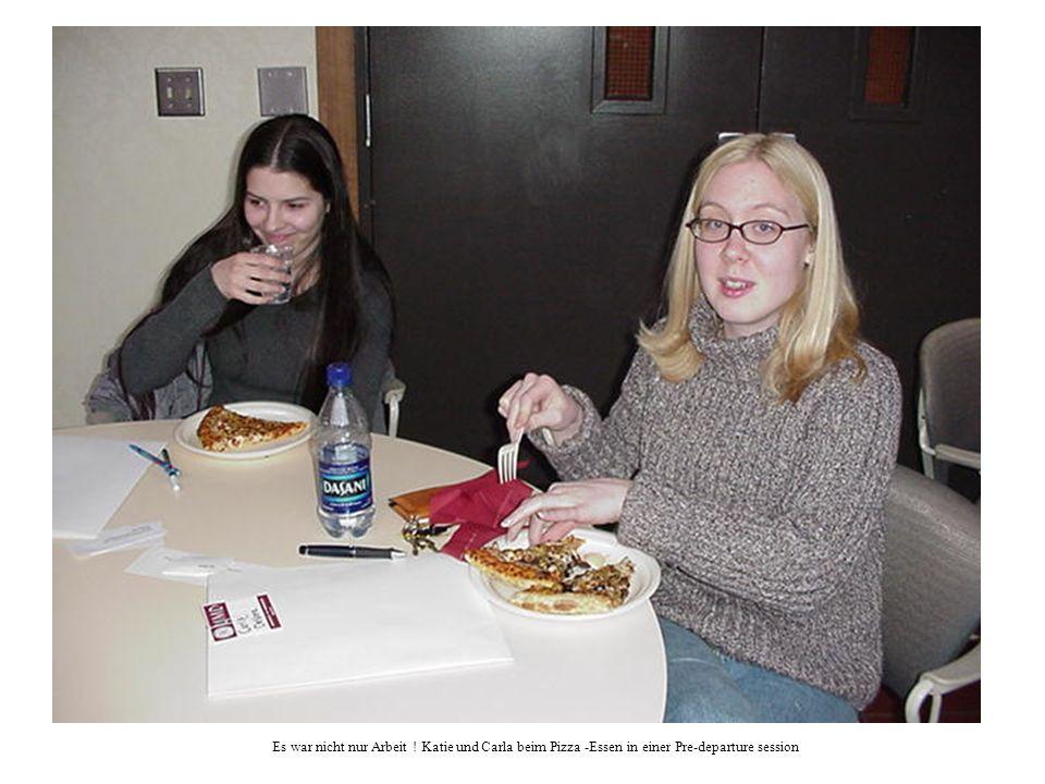 Es war nicht nur Arbeit ! Katie und Carla beim Pizza -Essen in einer Pre-departure session