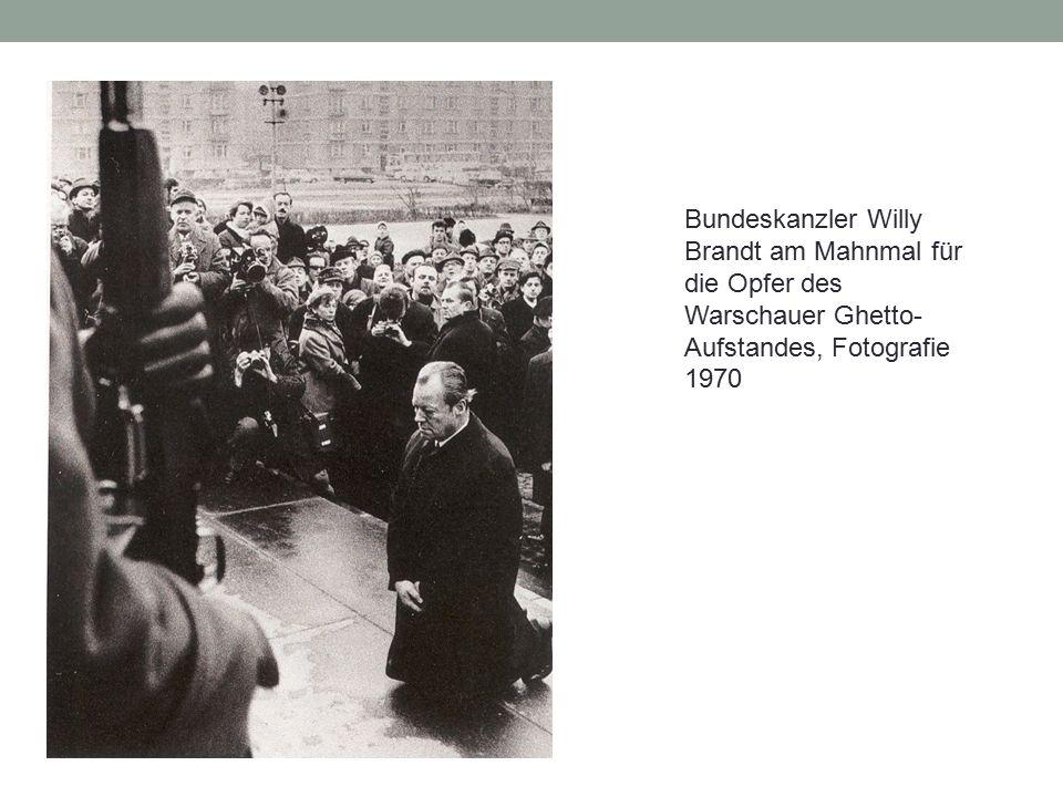 Bundeskanzler Willy Brandt am Mahnmal für die Opfer des Warschauer Ghetto- Aufstandes, Fotografie 1970