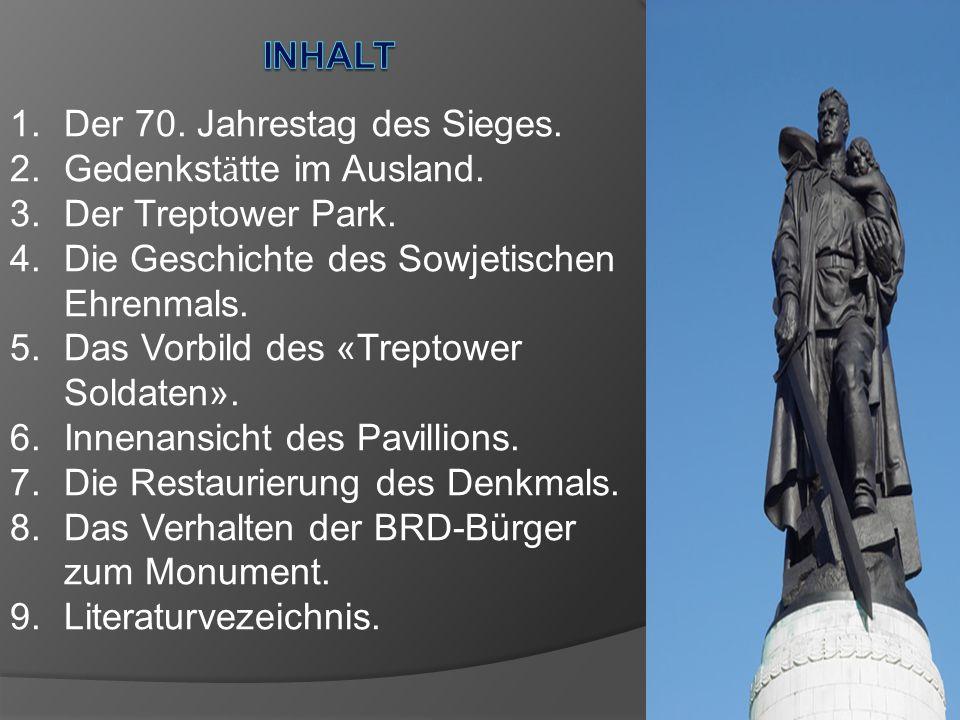 Die Statue erhebt sich über einem begehbaren Pavillon, der auf einem Hügel errichtet wurde.