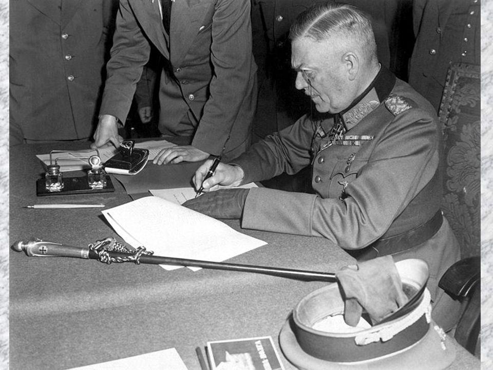Generalfeldmarschall Wilhelm Keitel, Chef des Oberkommandos der Wehrmacht, unterzeichnet die ratifizierende Kapitulationsurkunde am 8./9.