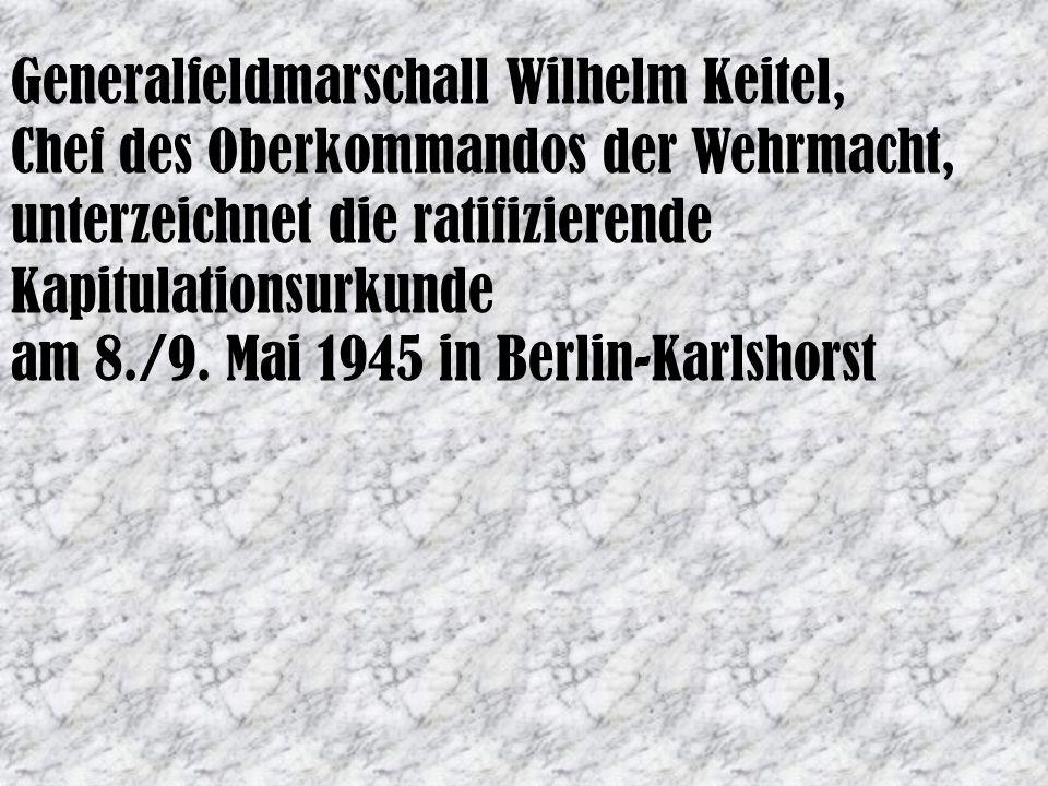 Generalfeldmarschall Wilhelm Keitel, Chef des Oberkommandos der Wehrmacht, unterzeichnet die ratifizierende Kapitulationsurkunde am 8./9. Mai 1945 in