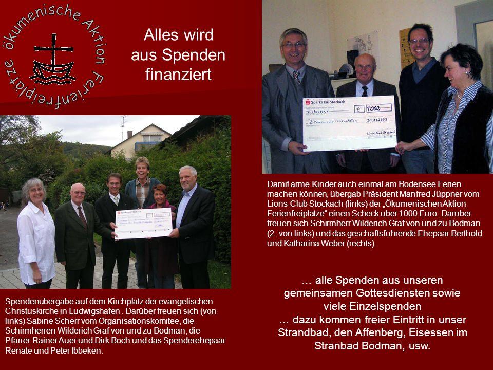 """Damit arme Kinder auch einmal am Bodensee Ferien machen können, übergab Präsident Manfred Jüppner vom Lions-Club Stockach (links) der """"Ökumenischen Aktion Ferienfreiplätze einen Scheck über 1000 Euro."""