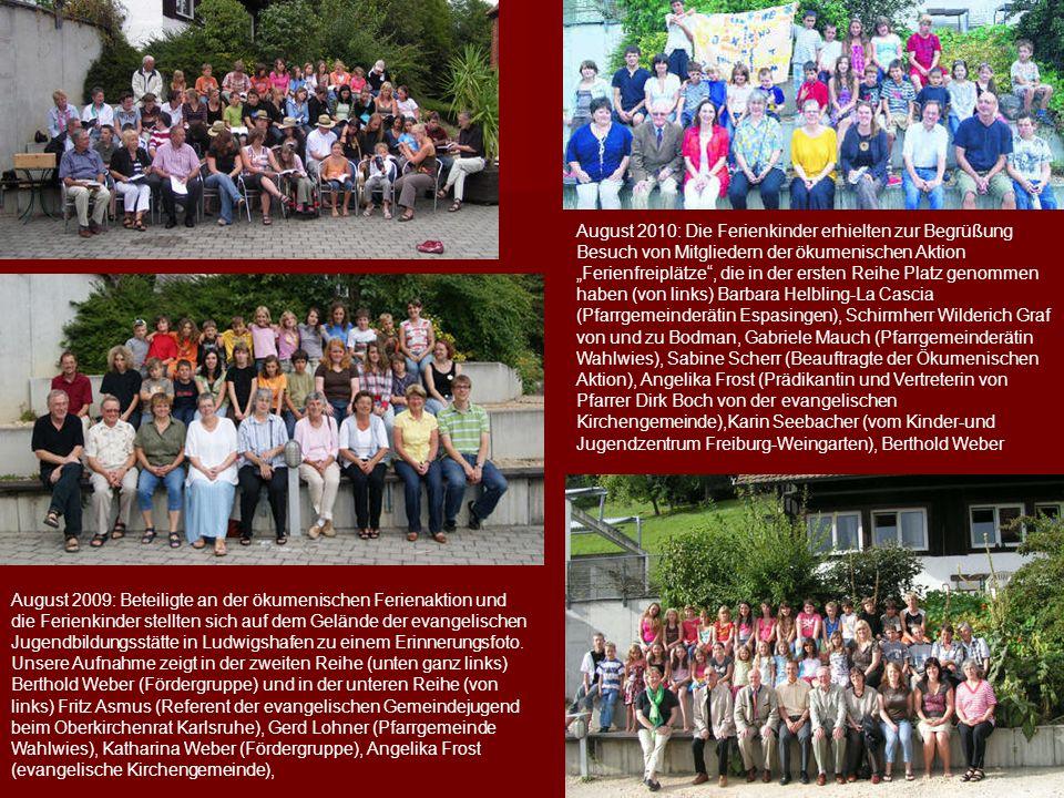 """August 2010: Die Ferienkinder erhielten zur Begrüßung Besuch von Mitgliedern der ökumenischen Aktion """"Ferienfreiplätze"""", die in der ersten Reihe Platz"""