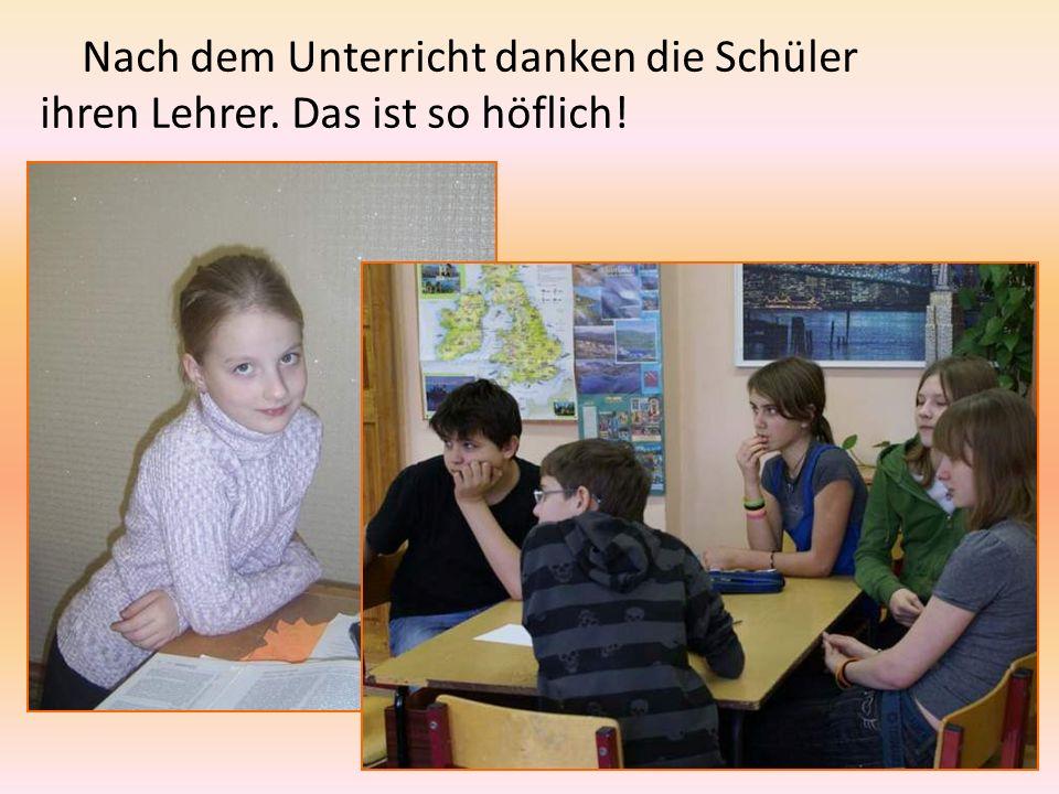 Nach dem Unterricht danken die Schüler ihren Lehrer. Das ist so höflich!