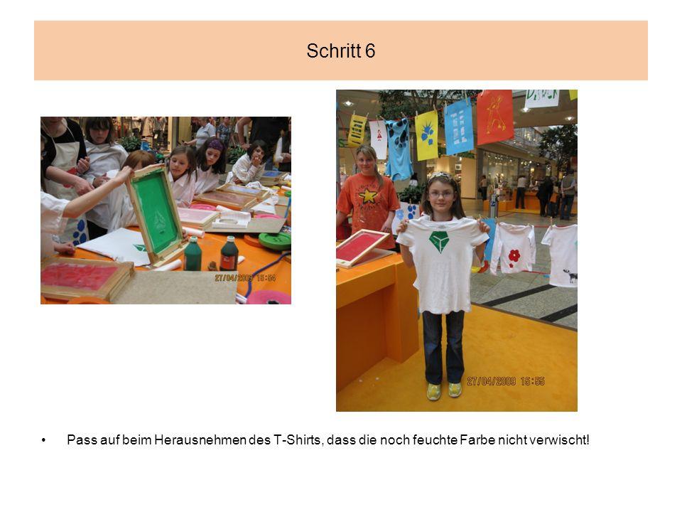 Schritt 6 Pass auf beim Herausnehmen des T-Shirts, dass die noch feuchte Farbe nicht verwischt!