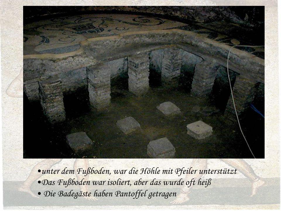 unter dem Fußboden, war die Höhle mit Pfeiler unterstützt Das Fußboden war isoliert, aber das wurde oft heiß Die Badegäste haben Pantoffel getragen