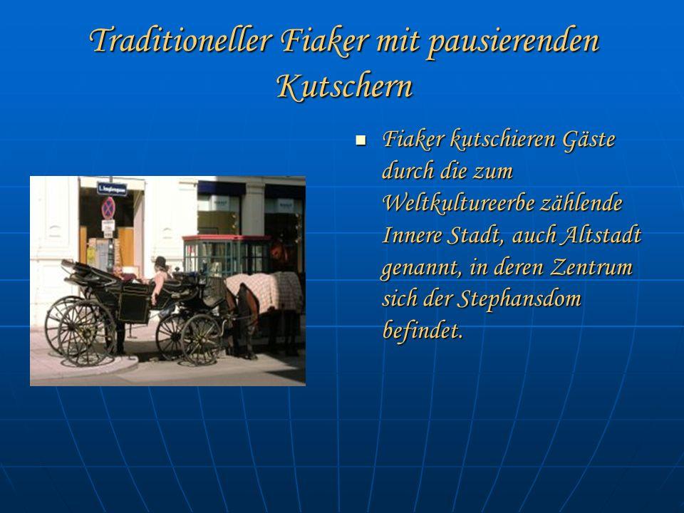 Traditioneller Fiaker mit pausierenden Kutschern Fiaker kutschieren Gäste durch die zum Weltkultureerbe zählende Innere Stadt, auch Altstadt genannt, in deren Zentrum sich der Stephansdom befindet.