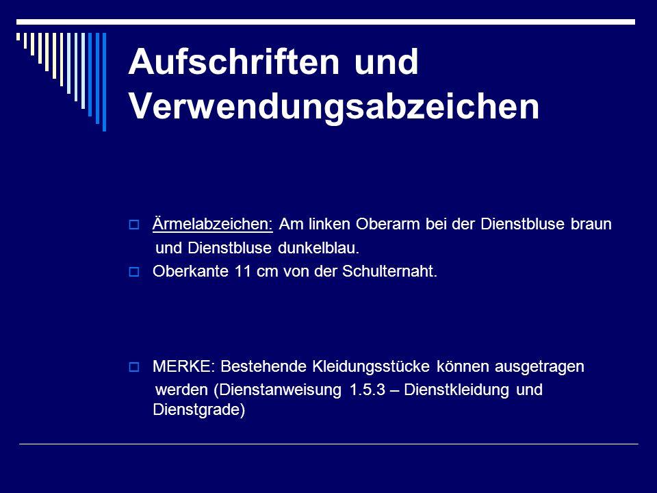 Aufschriften und Verwendungsabzeichen  Ärmelabzeichen: Am linken Oberarm bei der Dienstbluse braun und Dienstbluse dunkelblau.