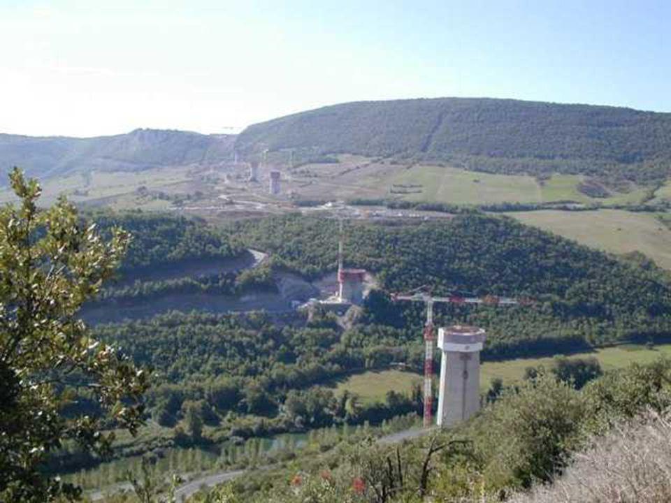Höhe: 343 Meter Länge: 2,5 Kilometer Fahrbahnhöhe: 270 Meter über dem Boden Gewicht eines Pfeilers: 700 Tonnen Gesamtkosten: 394 Mio.