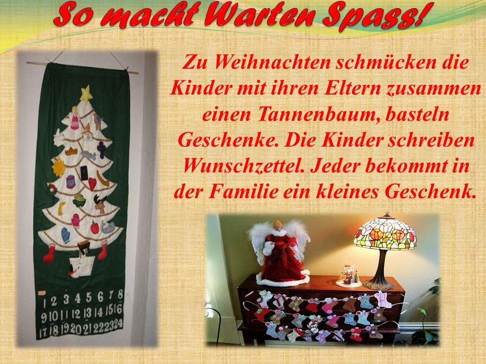Zu Weihnachten schmücken die Kinder mit ihren Eltern zusammen einen Tannenbaum, basteln Geschenke.