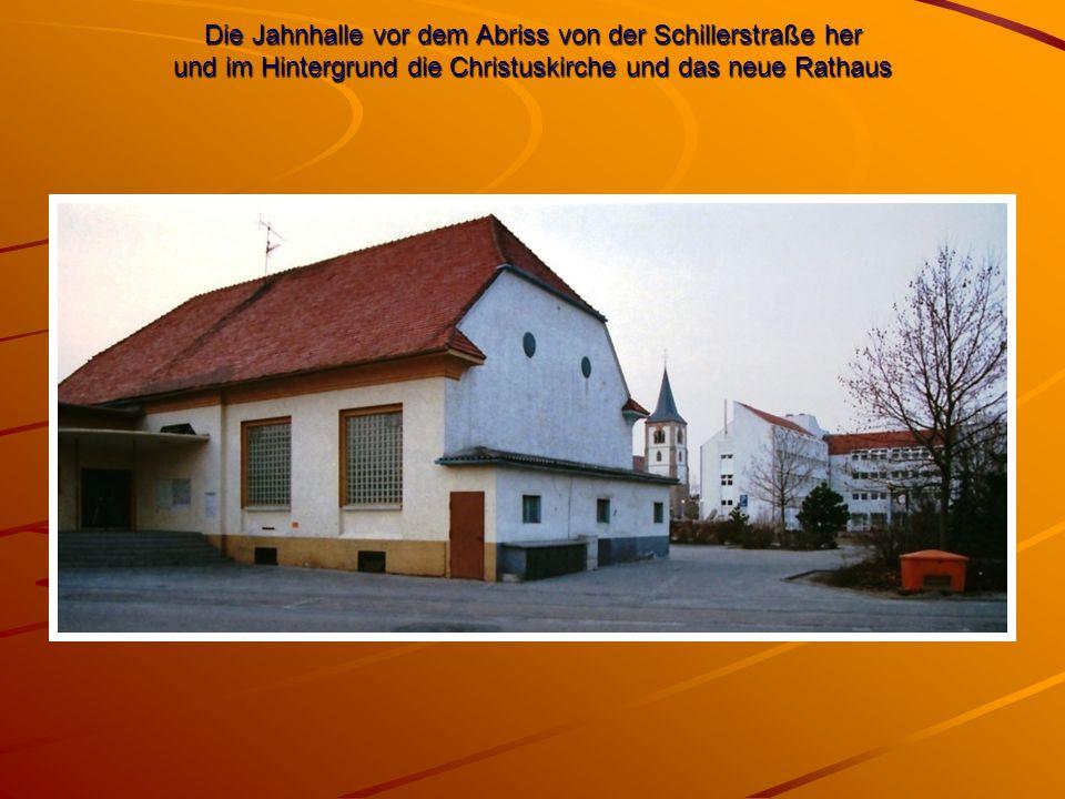 Die Jahnhalle vor dem Abriss von der Schillerstraße her und im Hintergrund die Christuskirche und das neue Rathaus