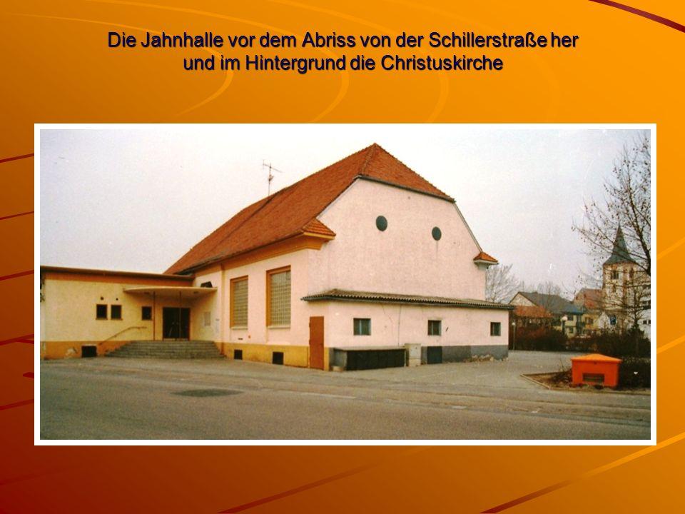 Die Jahnhalle vor dem Abriss von der Schillerstraße her und im Hintergrund die Christuskirche