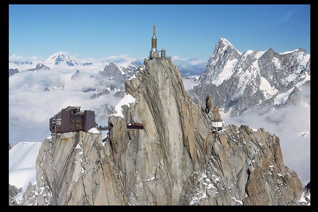 Das Gipfelgebäude enthält eine Panorama - Aussichtsplattform, ein Café und einen Souvenirladen.