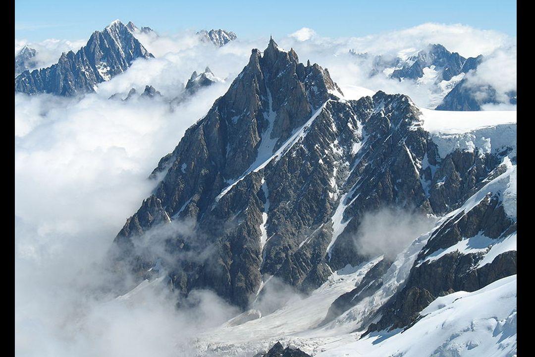 Die Aiguille du Midi (3.842 m) ist ein Berg im Mont-Blanc- Massiv in den Französischen Alpen.