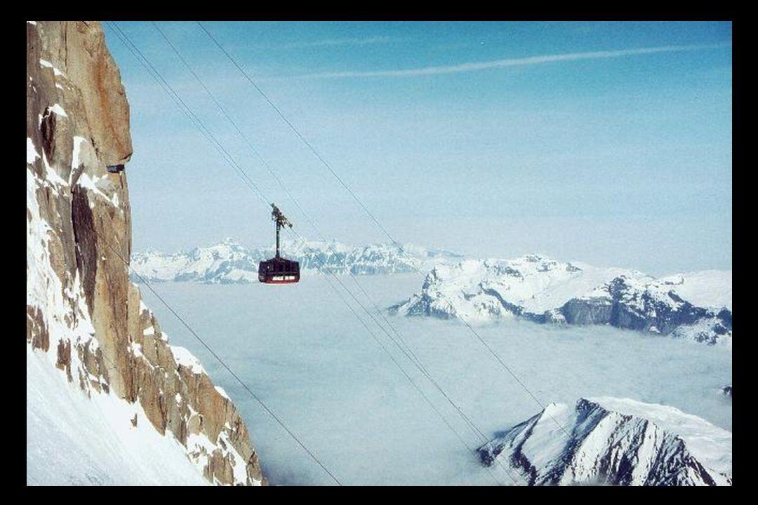Die Seilbahn auf den Gipfel, der Téléphérique de l'Aiguille du Midi, wurde im Jahr 1955 gebaut und hielt den Titel der weltweit höchsten Seilbahn für