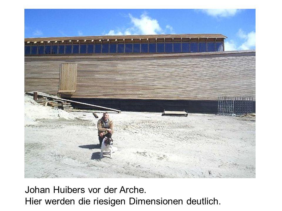 Johan Huibers vor der Arche. Hier werden die riesigen Dimensionen deutlich.