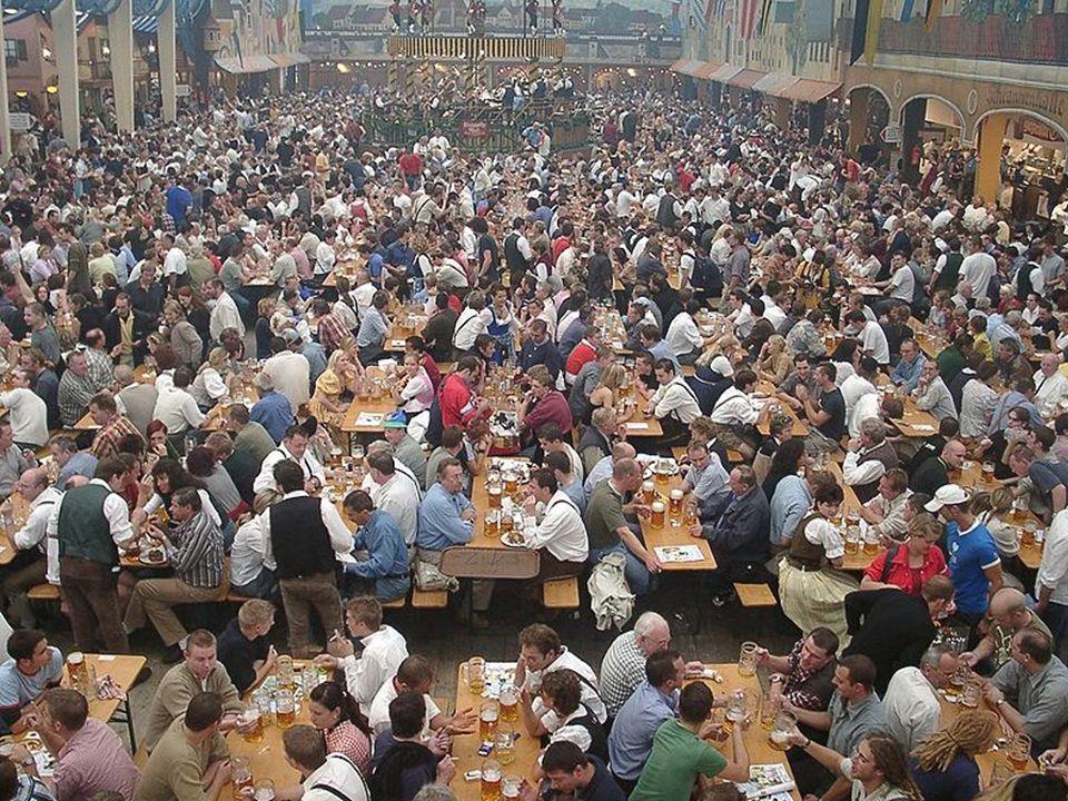  Auf dem Oktoberfest gibt es viele Attraktionen.