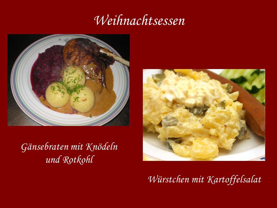 Weihnachtsessen Gänsebraten mit Knödeln und Rotkohl Würstchen mit Kartoffelsalat