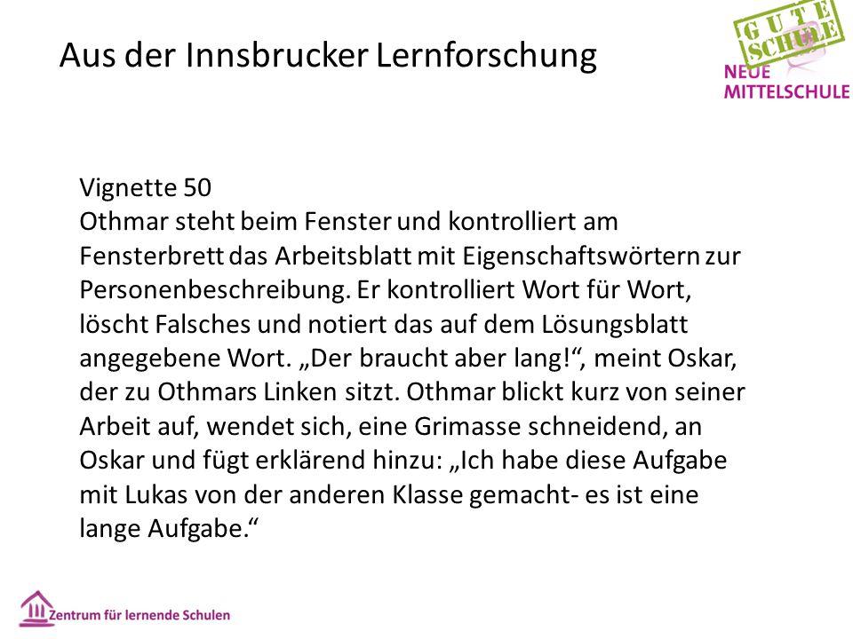 Aus der Innsbrucker Lernforschung Vignette 50 Othmar steht beim Fenster und kontrolliert am Fensterbrett das Arbeitsblatt mit Eigenschaftswörtern zur Personenbeschreibung.