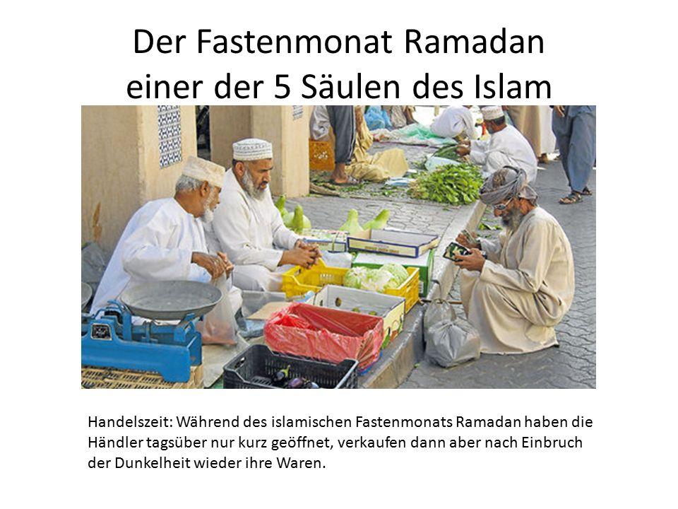 Der Fastenmonat Ramadan einer der 5 Säulen des Islam Handelszeit: Während des islamischen Fastenmonats Ramadan haben die Händler tagsüber nur kurz geöffnet, verkaufen dann aber nach Einbruch der Dunkelheit wieder ihre Waren.