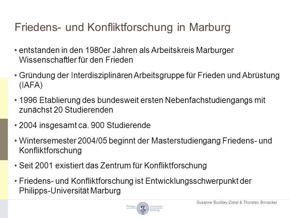 Susanne Buckley-Zistel & Thorsten Bonacker Friedens- und Konfliktforschung in Marburg entstanden in den 1980er Jahren als Arbeitskreis Marburger Wissenschaftler für den Frieden Gründung der Interdisziplinären Arbeitsgruppe für Frieden und Abrüstung (IAFA) 1996 Etablierung des bundesweit ersten Nebenfachstudiengangs mit zunächst 20 Studierenden 2004 insgesamt ca.