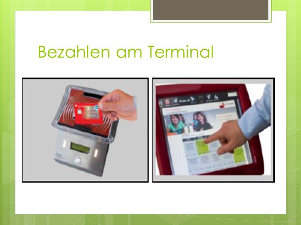 Bezahlen am Terminal  Das Kind geht mit der aufgeladenen Girokarte zum Terminal.