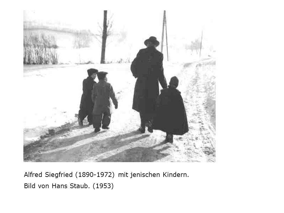 Alfred Siegfried (1890-1972) mit jenischen Kindern. Bild von Hans Staub. (1953)