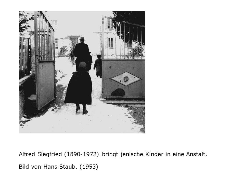 Alfred Siegfried (1890-1972) bringt jenische Kinder in eine Anstalt. Bild von Hans Staub. (1953)