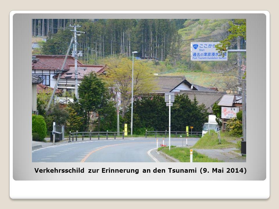 Verkehrsschild zur Erinnerung an den Tsunami (9. Mai 2014)