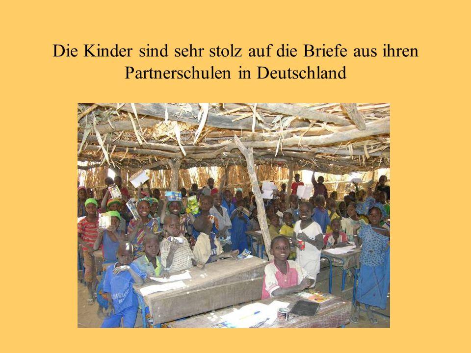 Die Kinder sind sehr stolz auf die Briefe aus ihren Partnerschulen in Deutschland