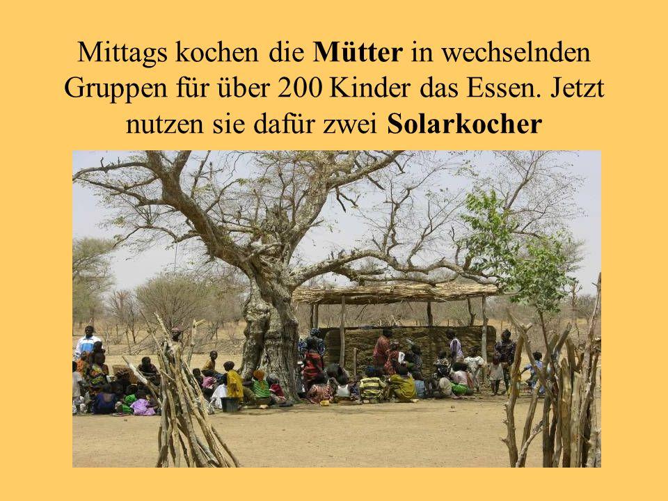 Mittags kochen die Mütter in wechselnden Gruppen für über 200 Kinder das Essen.