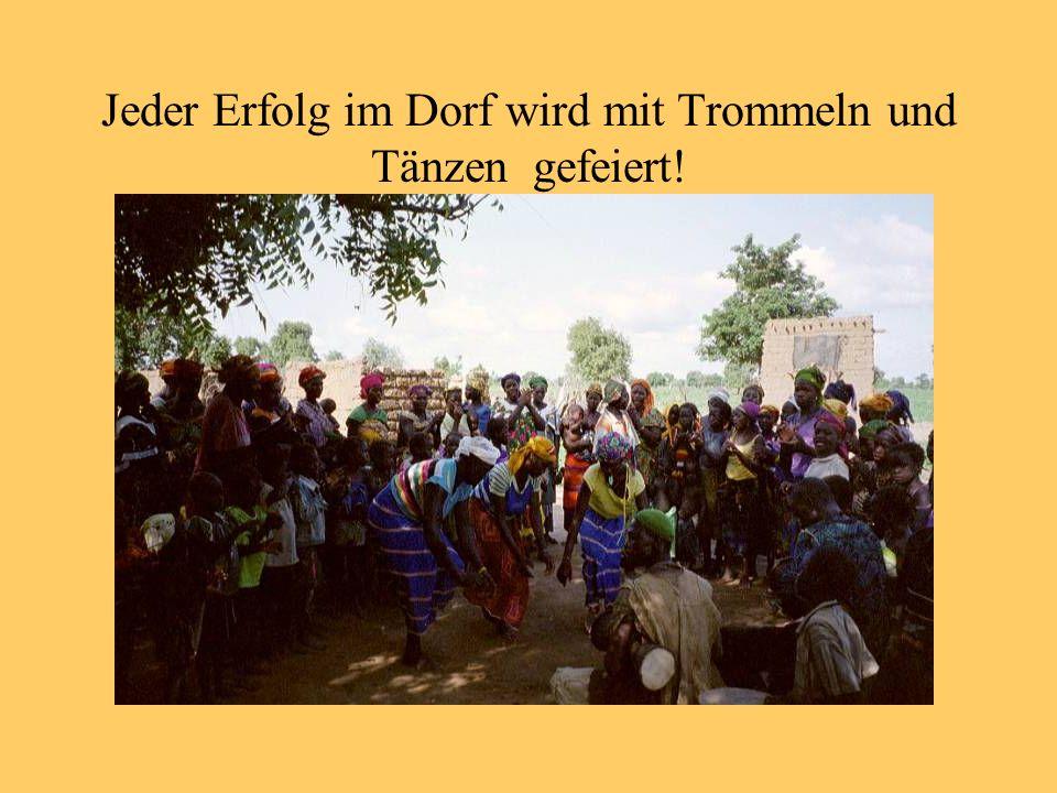 Jeder Erfolg im Dorf wird mit Trommeln und Tänzen gefeiert!