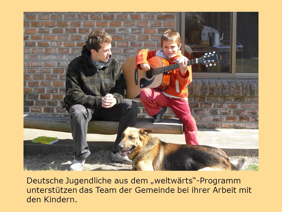 """Deutsche Jugendliche aus dem """"weltwärts -Programm unterstützen das Team der Gemeinde bei ihrer Arbeit mit den Kindern."""