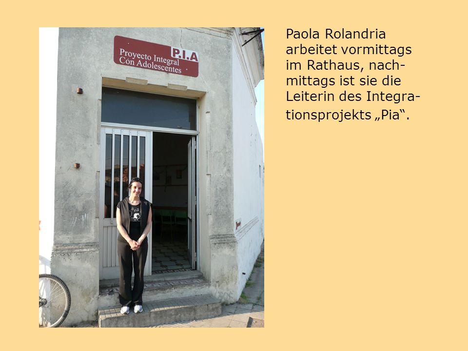 """Paola Rolandria arbeitet vormittags im Rathaus, nach- mittags ist sie die Leiterin des Integra- tionsprojekts """"Pia ."""