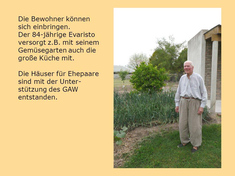 Die Bewohner können sich einbringen. Der 84-jährige Evaristo versorgt z.B.