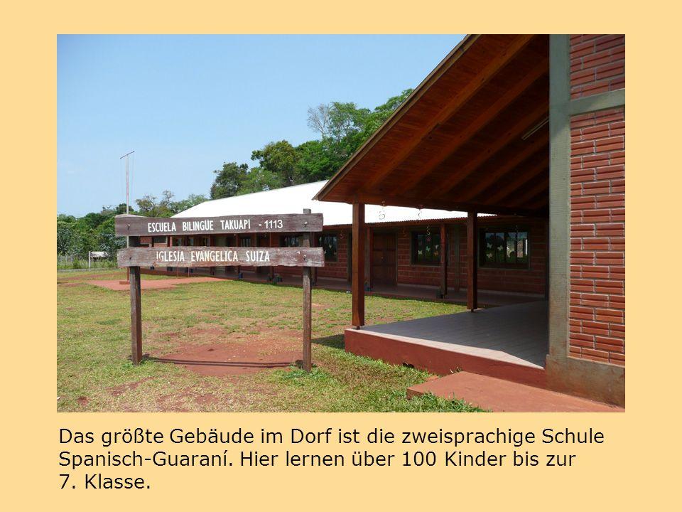 Das größte Gebäude im Dorf ist die zweisprachige Schule Spanisch-Guaraní.