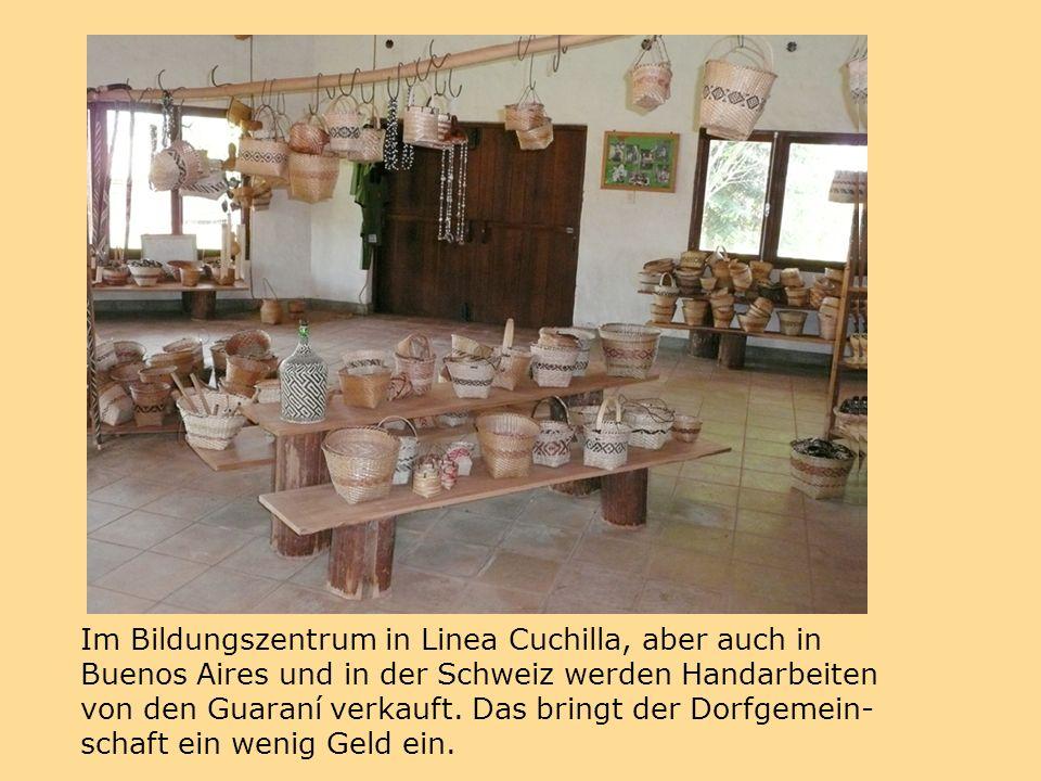 Im Bildungszentrum in Linea Cuchilla, aber auch in Buenos Aires und in der Schweiz werden Handarbeiten von den Guaraní verkauft.