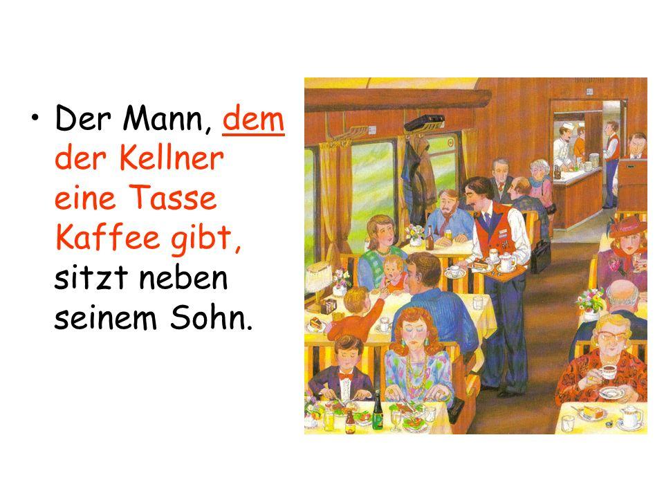 Der Mann, dem der Kellner eine Tasse Kaffee gibt, sitzt neben seinem Sohn.