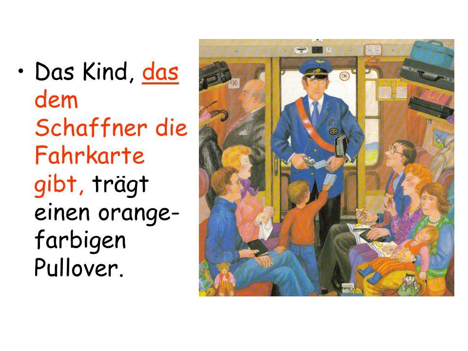 Das Kind, das dem Schaffner die Fahrkarte gibt, trägt einen orange- farbigen Pullover.