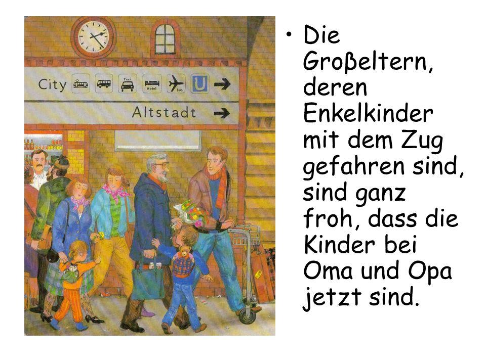 Die Groβeltern, deren Enkelkinder mit dem Zug gefahren sind, sind ganz froh, dass die Kinder bei Oma und Opa jetzt sind.
