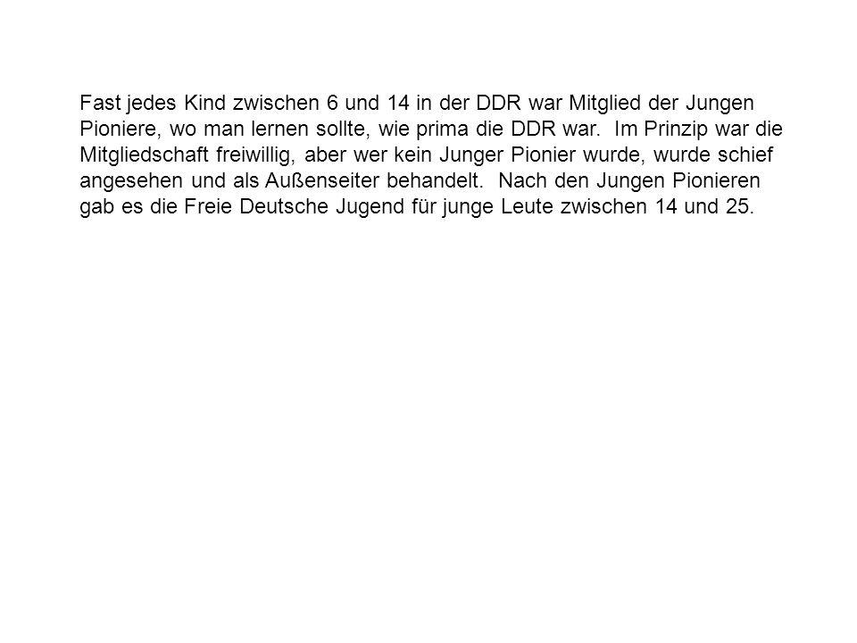Fast jedes Kind zwischen 6 und 14 in der DDR war Mitglied der Jungen Pioniere, wo man lernen sollte, wie prima die DDR war.