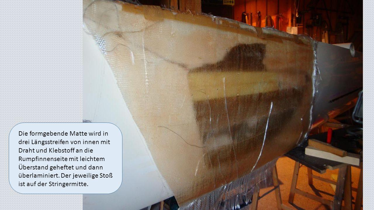 Die formgebende Matte wird in drei Längsstreifen von innen mit Draht und Klebstoff an die Rumpfinnenseite mit leichtem Überstand geheftet und dann überlaminiert.